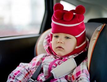 Zdejmij dziecku kurtkę w aucie na czas jazdy – KONIECZNIE!